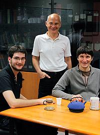 Ludwik Leibler et une partie de son équipe - Ludwik Leibler and part of his team © CNRS Photothèque / Cyril FRESILLON